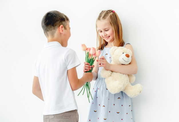笑顔の女の子にプレゼントを与えるかわいい男の子