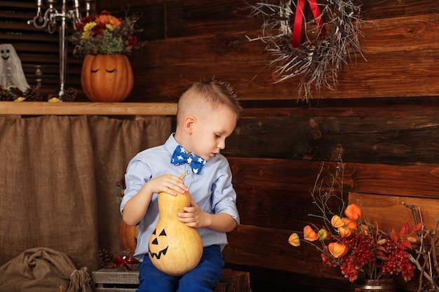Милый маленький мальчик весело в украшениях хэллоуина