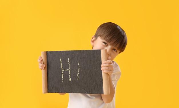 テキストhiで黒板を持っているかわいい男の子