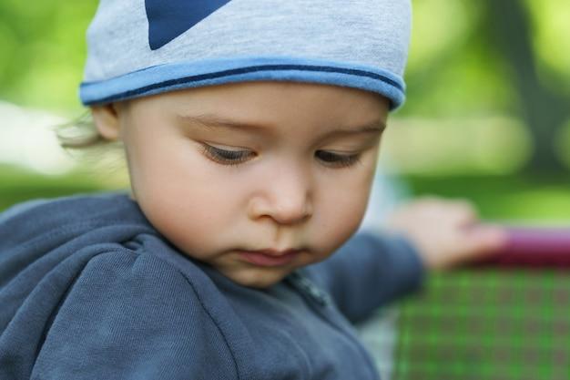 Милый маленький мальчик в городском парке