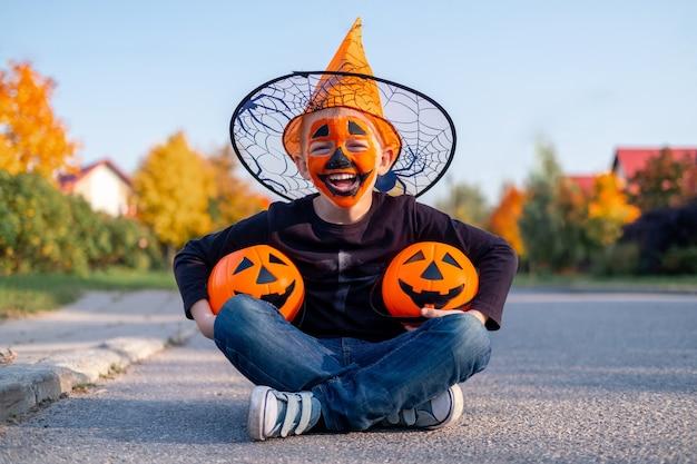 Милый маленький мальчик в костюме хэллоуина