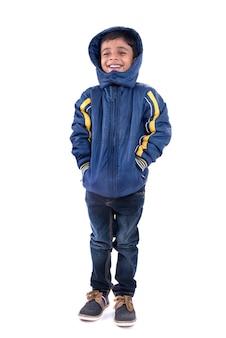 흰 벽에 고립 된 겨울 코트에 귀여운 어린 소년
