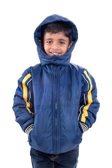 Милый маленький мальчик в зимнем пальто изолирован