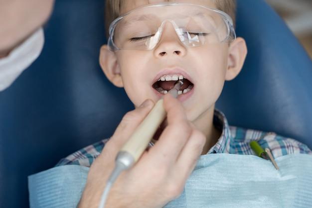 Милый маленький мальчик в стоматологической клинике