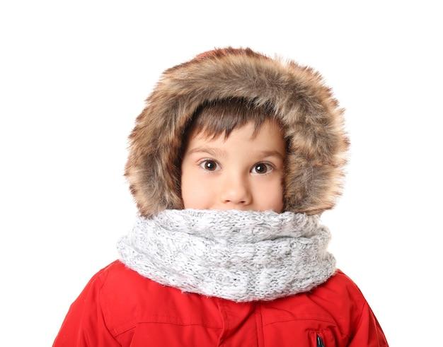 暖かい服を着たかわいい男の子