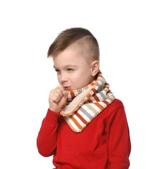 白い背景の上の暖かいスカーフ咳のかわいい男の子