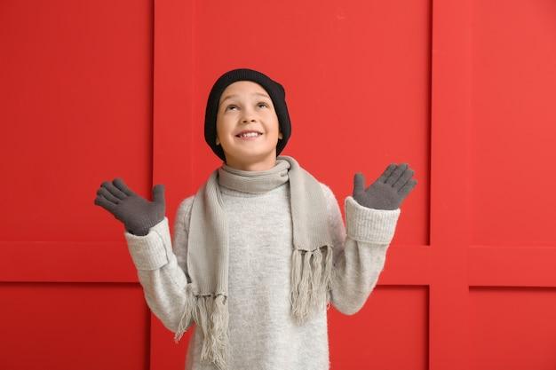 色の冬の服を着たかわいい男の子