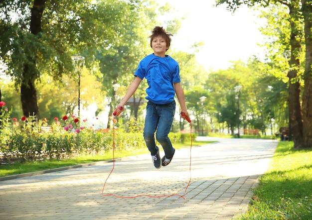 公園で縄跳びのかわいい男の子