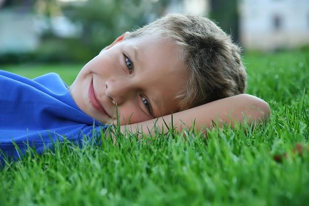 草の上に横たわってかわいい男の子