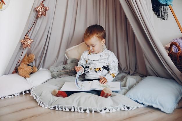Милый маленький мальчик, играя дома