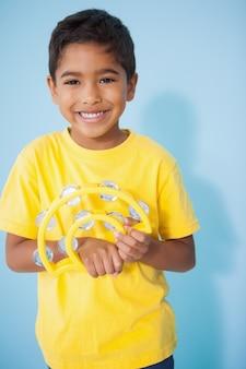 かわいい男の子、教室でタンバリンを演奏