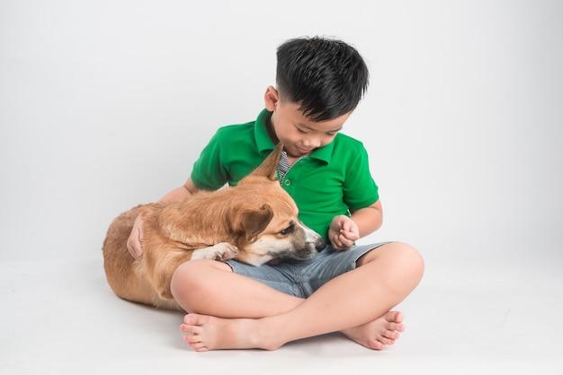 집에서 강아지와 함께 노는 귀여운 소년