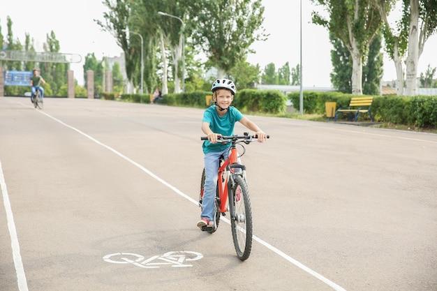 Милый маленький мальчик, езда на велосипеде на открытом воздухе