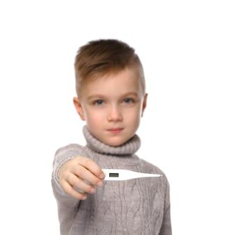 白い背景の上の温度計を示すかわいい男の子