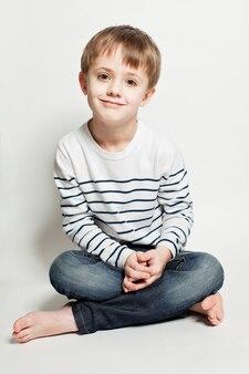 바닥에 앉아 있는 귀여운 소년