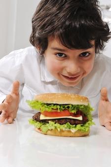 かわいい男の子、ハンバーガー