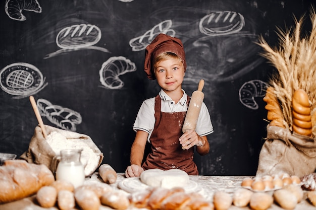 シェフの帽子の料理とかわいい男の子