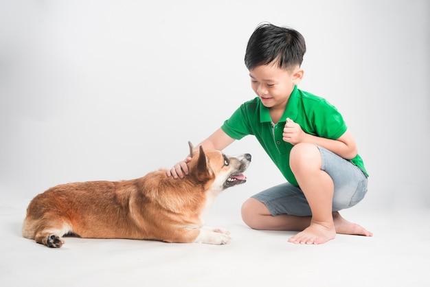 고립 된 강아지와 귀여운 소년