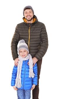 暖かい服を着た父親とかわいい男の子。冬休みの準備ができました
