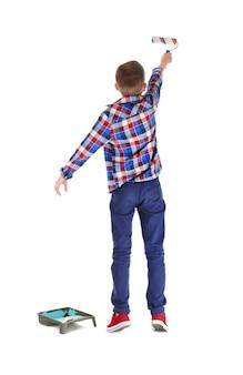 Милый маленький мальчик с валиком на белой поверхности