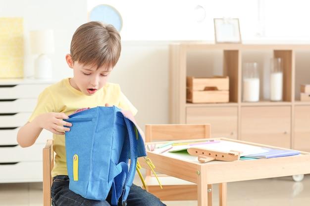 집에서 schoolbag와 귀여운 소년