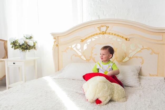 寝室でテディベアとかわいい男の子