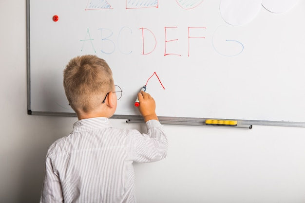 Милый маленький мальчик, писать на доске