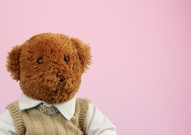 Милый маленький коричневый плюшевый мишка, игрушка сидит