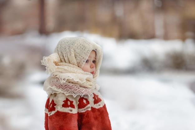 복고풍 소련 모조 모피 코트와 양모 목도리에서 귀여운 백인 아이 소녀