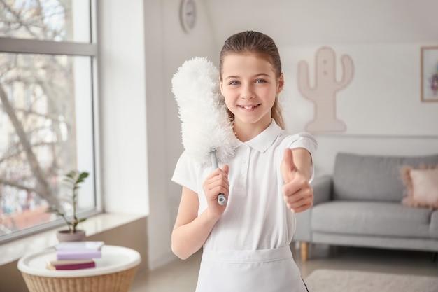 部屋で親指を立てるかわいい小さな女中