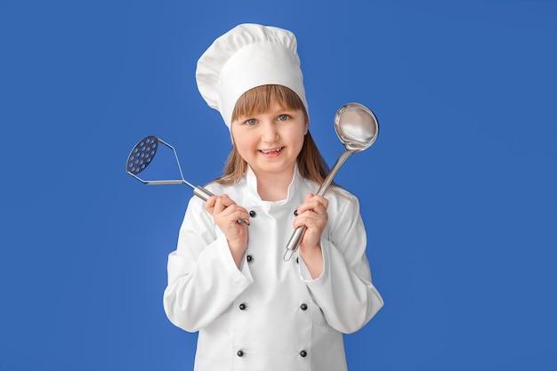색상 배경에 귀여운 작은 요리사