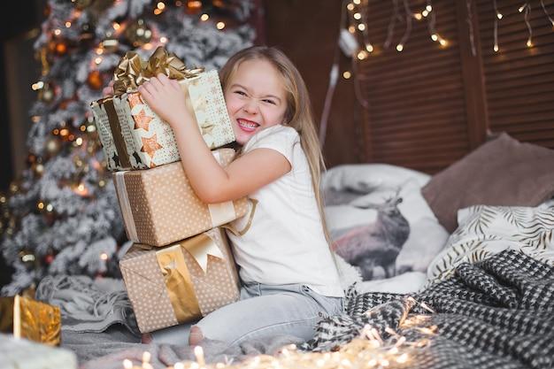 Милый маленький ребенок держит рождественские подарки