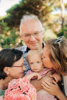 Simpatico bambino con madre e nonni