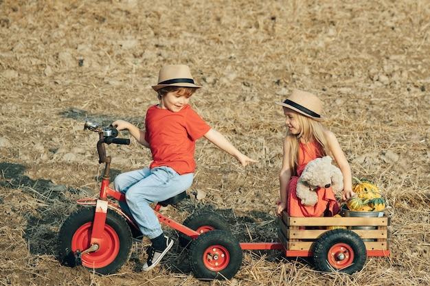 Симпатичные маленькие дети-фермеры