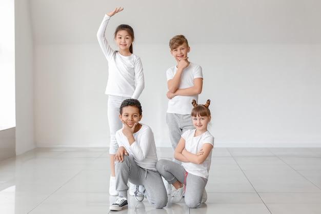 댄스 스튜디오에서 귀여운 어린 아이