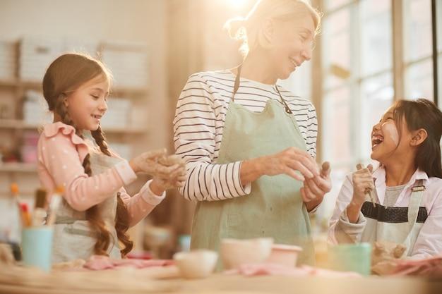 Симпатичные маленькие дети в гончарной мастерской