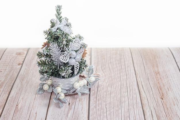 木製のテーブルの上のかわいい小さなクリスマスツリー