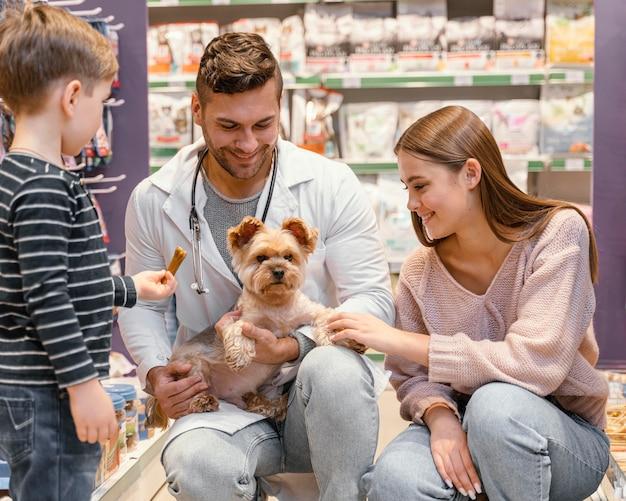 Simpatico cagnolino al negozio di animali con il proprietario