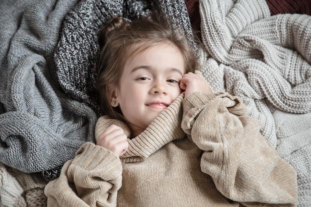 니트 스웨터에 귀여운 작은 재미 소녀.