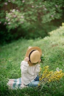 Милая маленькая девочка 4 лет на пикнике в цветущем лесу весной