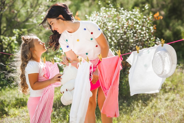 かわいい女の子と彼女の母親の洗濯