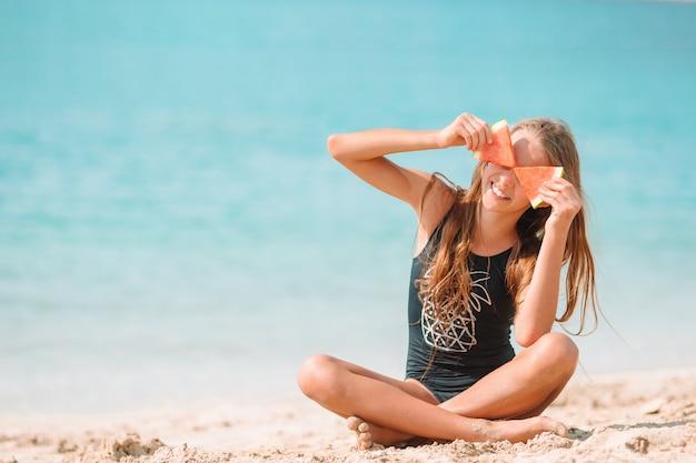 여름 방학 동안 해변에서 귀여운 소녀