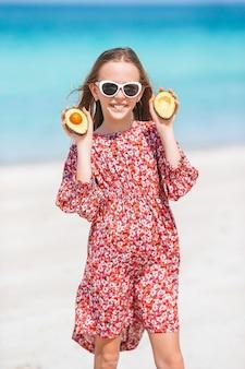 여름 휴가 기간 동안 해변에서 귀여운 소녀