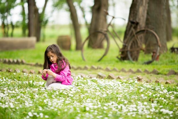 春の野でかわいい女の子