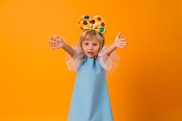 Bambina sveglia in costume