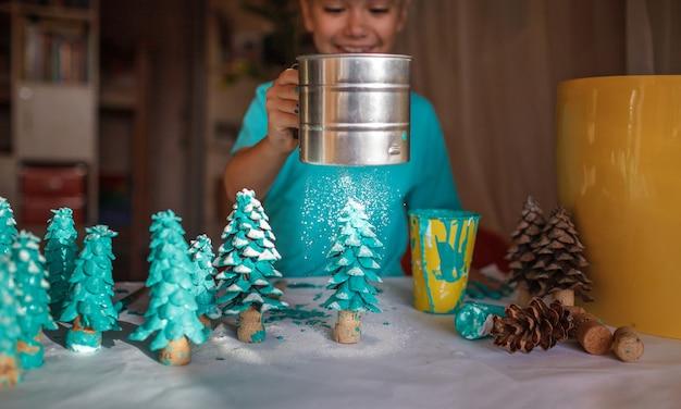 クリスマスの飾り付けをしているかわいい女の子