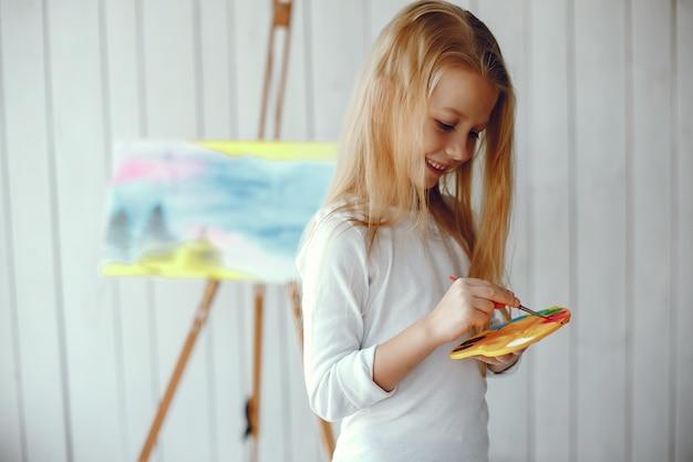Милая маленькая девочка, рисование в студии