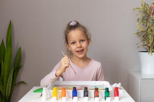 家で墨流しの絵の具で描くかわいい女の子