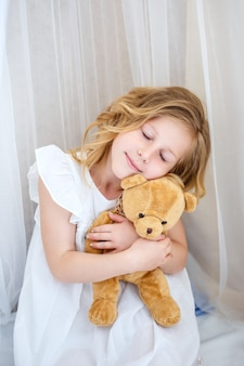 かわいい女の子はお姫様になることを夢見ています。