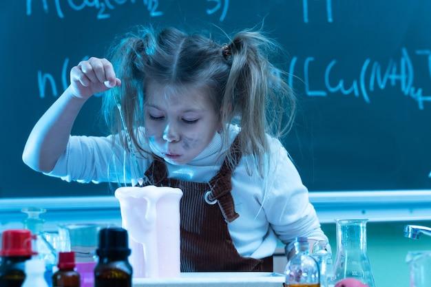 학교에서 화학 수업 중 귀여운 소녀